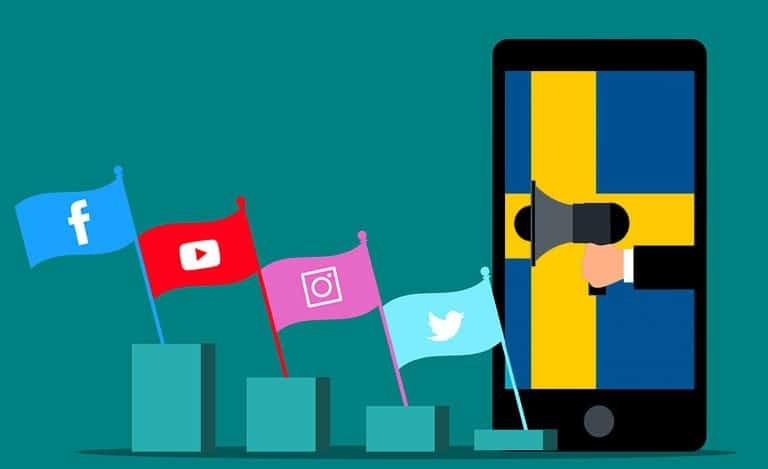 En hand med ett horn och med sociala medier
